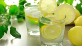 вода с лимонов сок