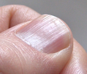 Бели перна по ноктите