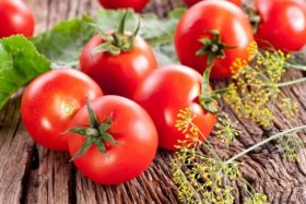 fresh-tomatoes-on-a-wooden-table
