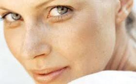 Как да скрием неприятните бръчки около очите
