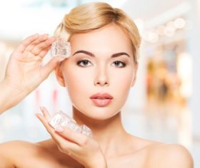 woman-applying-ice-face
