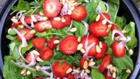 rukola-salata-s-qgodi