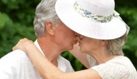 old-couple-kiss1