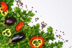 perejil-en-un-fondo-blanco-verduras-y-verdes-de-102769031